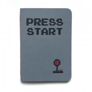 "cuaderno de tapa blanda (cosido visto) ""press start"" hojas en blanco / gris oscuro / 10 x 14 cm"
